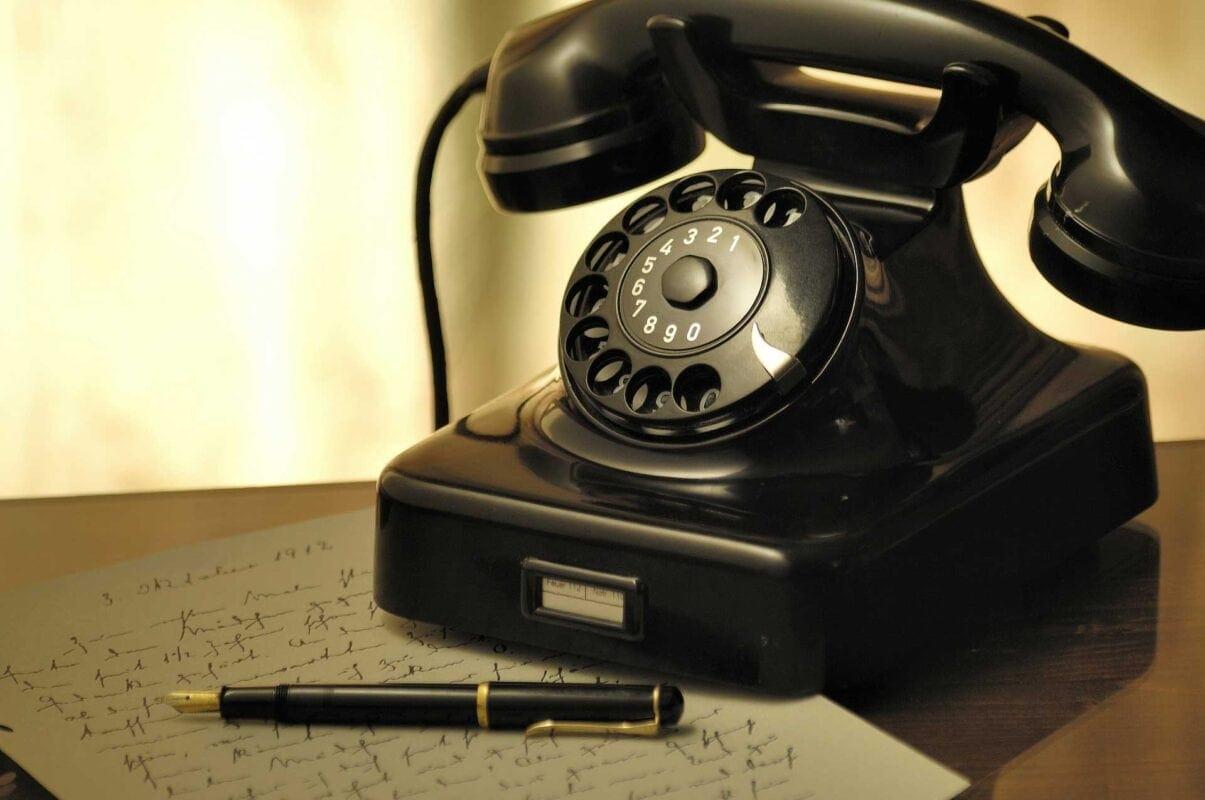 Bild på gammal telefon för kontakta oss sidan
